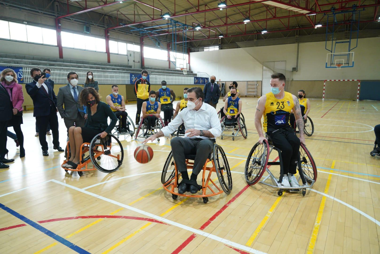 M. Schinas e I. Lozano juegan baloncesto en silla