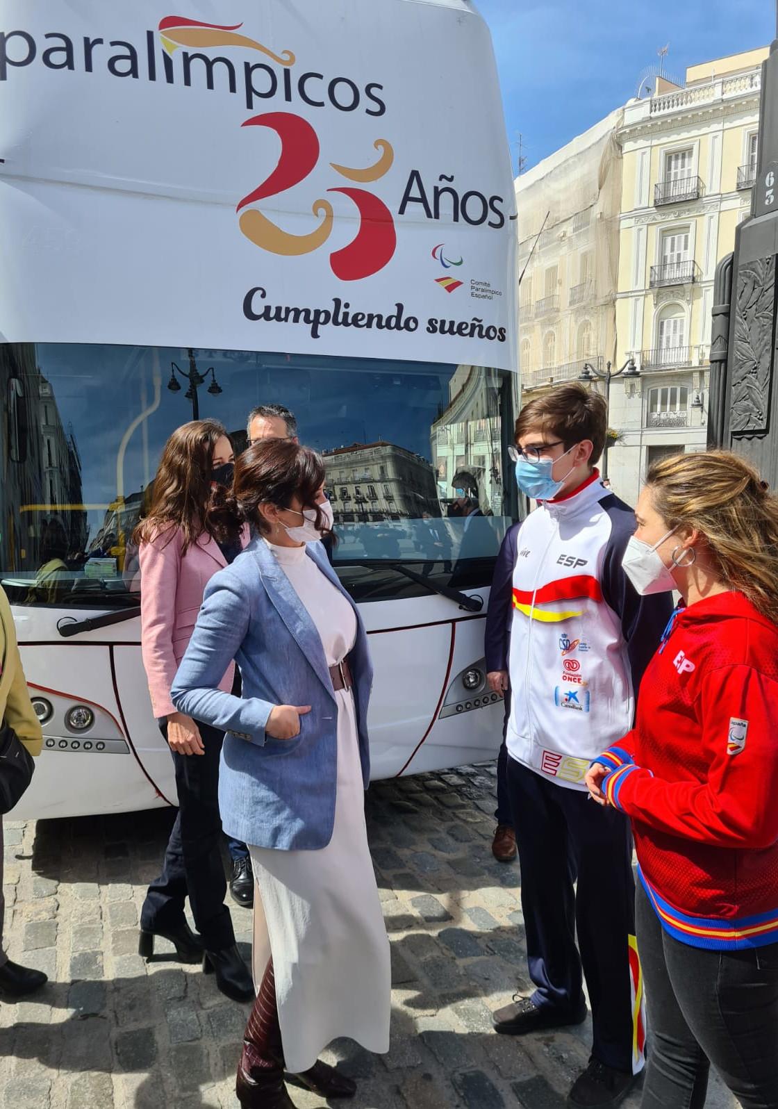 I. Díaz Ayuso con los nadadores paralímpicos Marco Ozaeta y Ariadna Edo