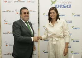 Miguel Carballeda y Sara Mateos, durante la firma del convenio entre ambas entidades